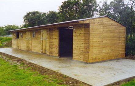 Block of three Levade stables with adjoining haybarn. Very popular, practical and efficient complex.