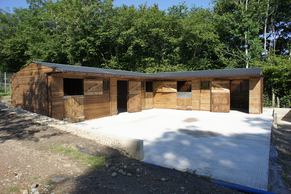 STANDARD profile Levade stable block provides you with everything you need. Add individual extras, if required, for practical or aesthetic reasons. Excellent base prepared by the customer who has purchased from us before.