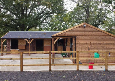 Wonderful complex with grey felt tiles and 1.8m canopy for large (and small!) horses.